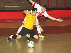 FC Atletico Chomutov (v bílém) nedalo Combixu šanci.