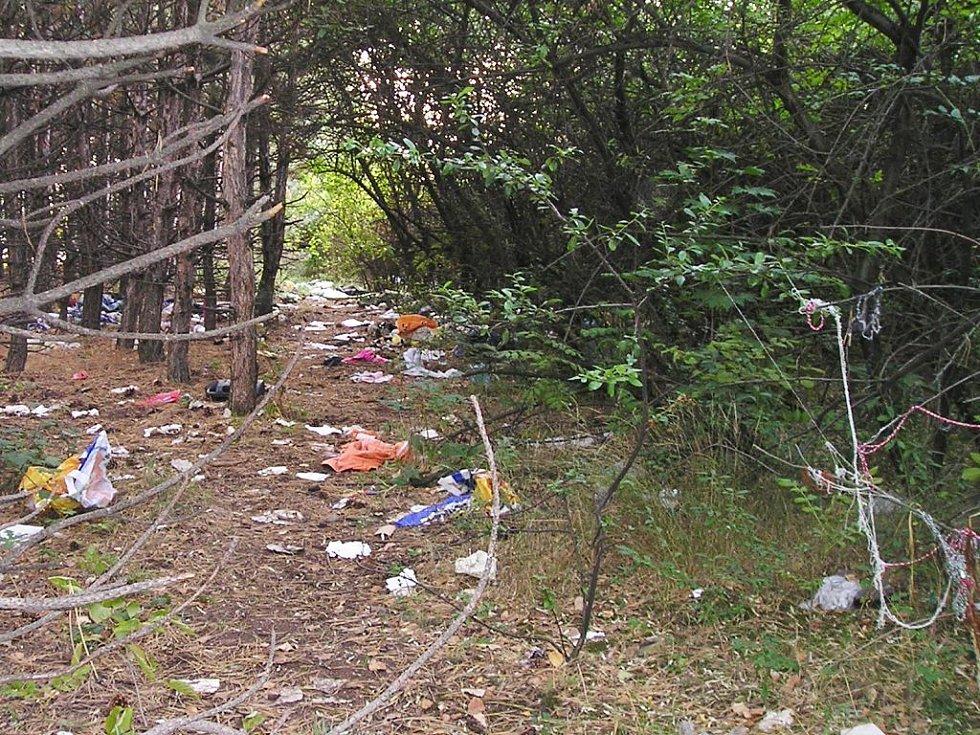 Na zemi se válely tuny odpadků.