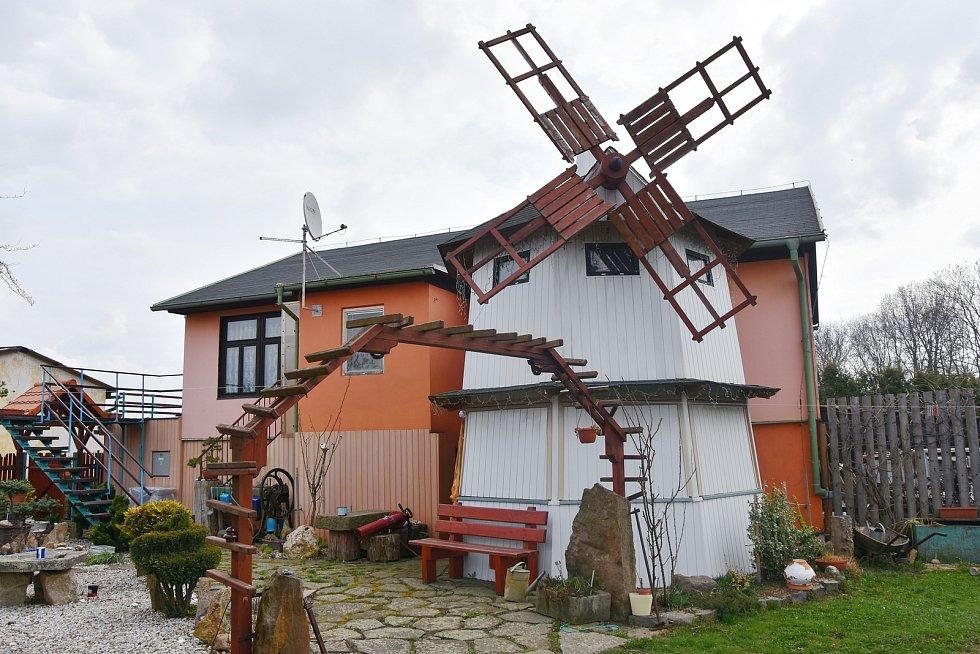 Neobvyklý je i dům paní Kunešové. Na zahradě stojí replika větrného mlýna.