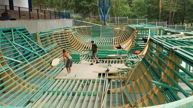 Práce na výstavbě skateparku v Chomutově vrcholí.