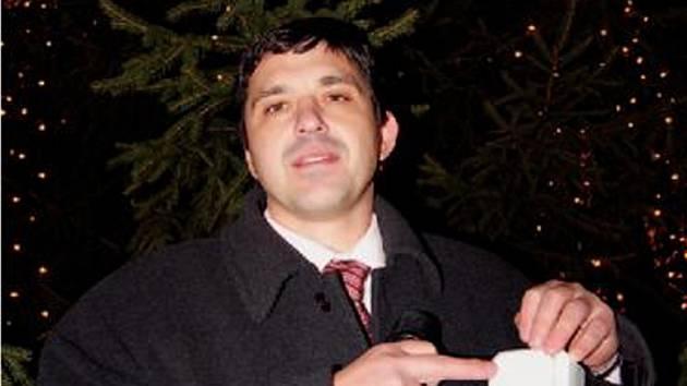 Starosta Jirkova Radek Štejnar při rozsvěcení vánočního stromku.