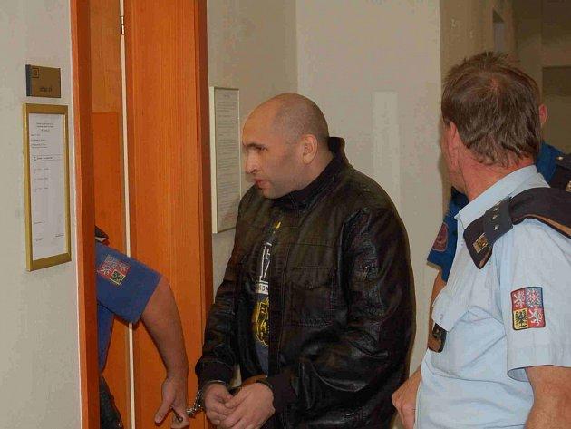 Obžalovaný Jozef Husák přichází na jednání soudu v doprovodu členů justiční stráže. Jeho žádost o propuštění z vazby senát zamítl. Hlavní líčení pokračuje 4. srpna.
