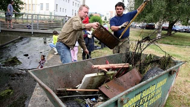 NEPOŘÁDEK Z ŘEKY. Zhruba třicet dobrovolníků přišlo v neděli dopoledne pomoci s úklidem řeky Běly protékající Jirkovem. Uklízeli část od pneuservisu a šli po směru toku dolů směrem k továrně Preciosy.