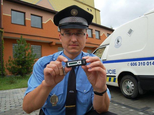 Kadaňským strážníkům pomáhají nahrávky z mp trojek. Na snímku kadaňský strážník Václav Fišer.