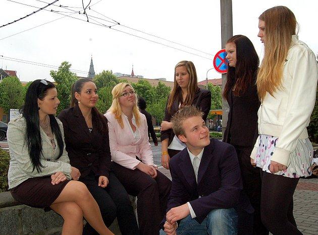 Sedm statečných. Zleva Michaela Hertlová (19), Marie Gabčová (18), Ivana Windischová (19), Renata Polková (18), David Šiman (17), Gita Vyčichlová (19) a Lenka Rosenbaumová (18).