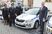 ŘEDITEL městské policie Tomáš Douda (vpravo) s klíči od tři nových automobilů, které budou strážníci využívat ve své službě.