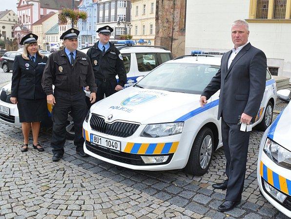 ŘEDITEL městské policie Tomáš Douda (vpravo) sklíči od tři nových automobilů, které budou strážníci využívat ve své službě.
