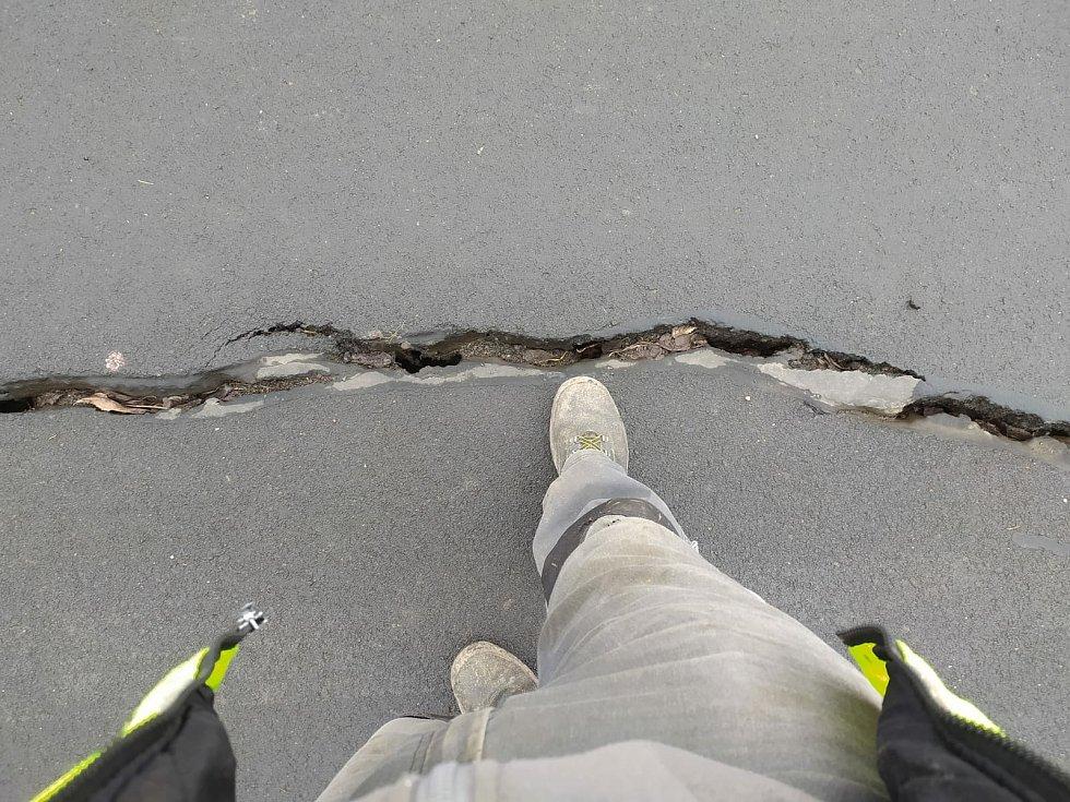 Praskliny v černovické části cyklostezky jsou široké až pět centimetrů, podobně jsou i hluboké.