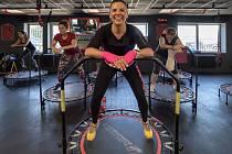 Skupina žen si užila velikonoční pondělí při pravidelné lekci jumpingu v jedné z chomutovských posiloven.