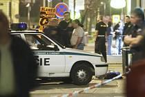 NA MÍSTĚ ČINU. Útočník smrtelně postřelil mladého Vietnamce v herně - baru Motorka ve Školní ulici. Později zabil i zasahujícího policistu.