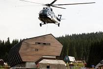 PŘIVÁZAT TUBUSY A NAHORU S NIMI. Helikoptéra, která má nově funkci létajícího jeřábu, na Klínovec dorazila až ze Slovenska
