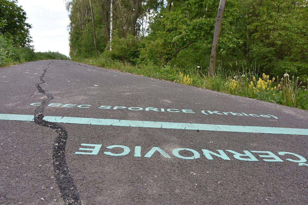 Vyplněné pukliny na rozhraní katastrů Černovic a Spořic.