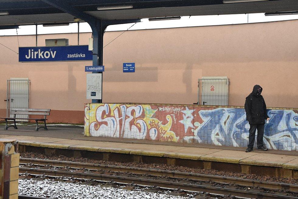 Obnova se nebude týkat jen samotné železniční trati, ale i stanic, jejich budov, vestibulů, nástupišť a podchodů. Na snímku je železniční zastávka Jirkov.