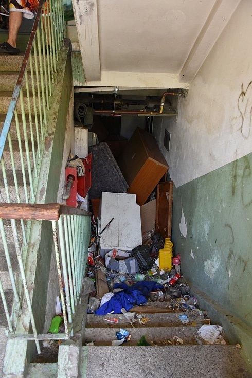 V jirkovském domě v ulici Fr. Schmieda hořel odpad nahromaděný od sklepů až ke vchodu.
