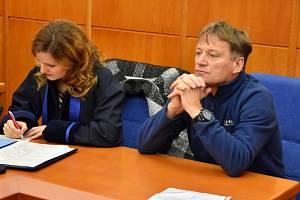 Josef Šebek, zastupitel za Stranu svobodných občanů v Jirkově, a jeho obhájkyně.