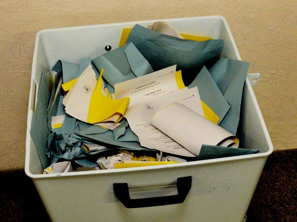 V posledních 15 minutách se ještě do volební síně v obci Vysoká Pec nahrnuly téměř dvě desítky voličů