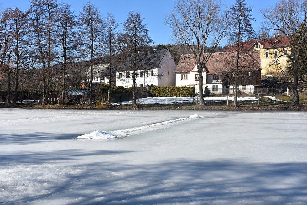 Blatenský rybník je místem hokejových utkání, sněhové zbytky hřiště jsou vidět, i když už polevuje.