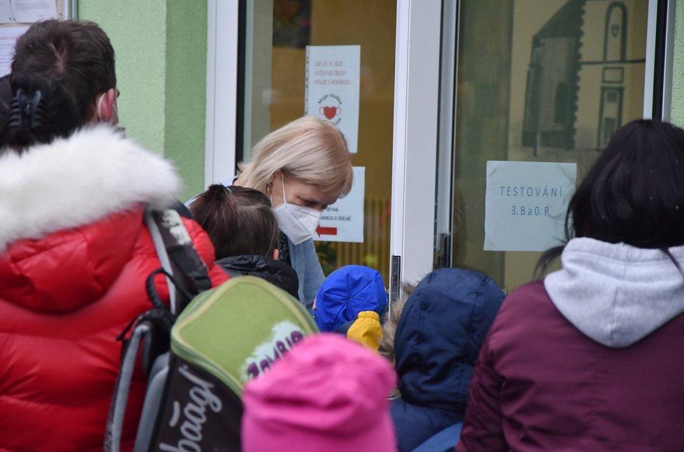 Testování žáků na jirkovské škole v ulici Budovatelů