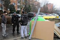Mladíci zastavěli popelnice na Písečné odpadem.