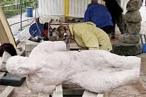 VÍTĚZNÉ DÍLO. Sochařka Jitka Kůsová při práci na vítězné soše ve francouzské La Brasse.