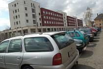 PLNO. V Edisonově ulici, kde sídlí poliklinika, lze volné parkovací místo najít jen ztěží.