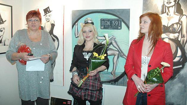 Vernisáž v klášterecké galerii Kryt uvedla galeristka Romana Parmová (vlevo), ale také host malířky Bereniky Saudkové Anička Šimonová (vpravo).
