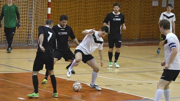 V Městské sportovní hale v Chomutově se konal závěrečný turnaj 5. ligy. Aluminium Žatec (v černém) porazilo Sn. Jirkov 2:1.