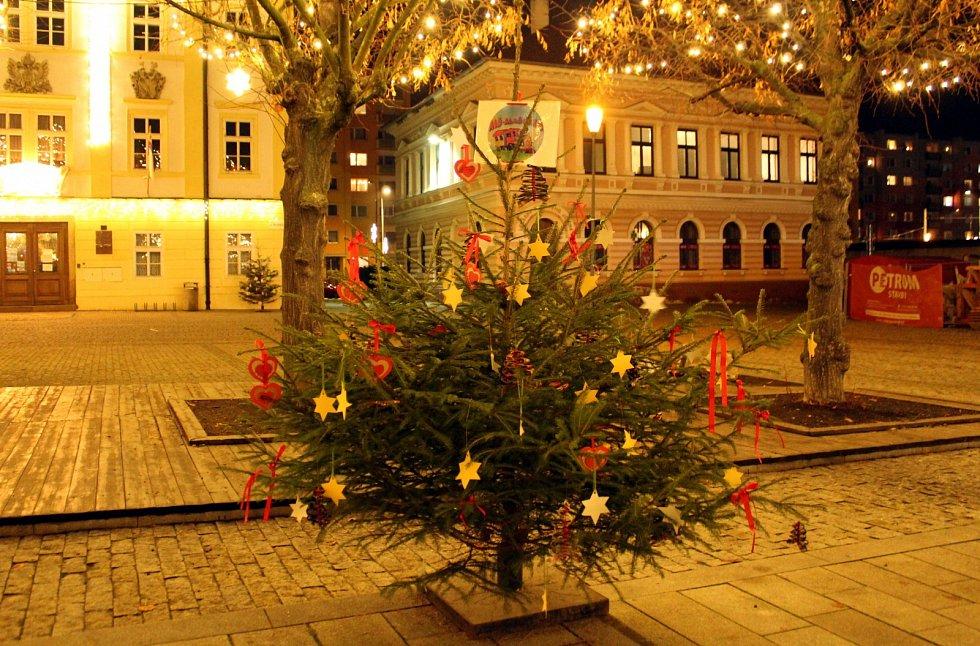 Při vstupu na náměstí Dr. Edvarda Beneše na vás dýchne kouzlo Vánoc.