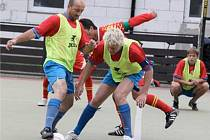 CHOMUTOVSKÁ LETNÍ LIGA malého fotbalu má za sebou společný turnaj dvou nejvyšších lig. Snímek je z prvoligového zápasu ME–Metal economic – FC ZP Glass (2:3).