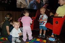 Děti si hrají, mámy po očku koukají na film.