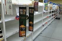 PROHIBICE. Tohle jsou regály v jirkovském Tescu po pátečním zákazu prodeje tvrdého alkoholu.