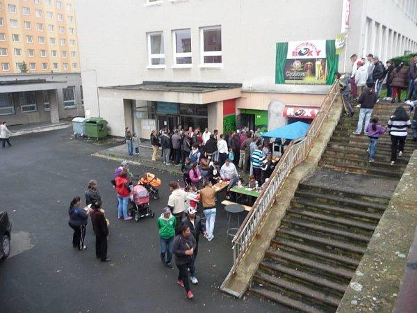 Před klubem Roxy na sídlišti Písečná začala těsně před volbami romská zábava. Dochází tu ke kupčení shlasy?