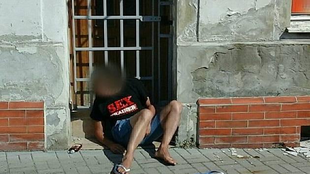 Cizinec se v Chomutově zpil pod obraz. Na ulici ho budila policie