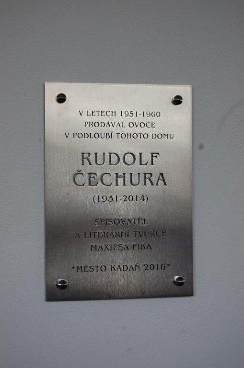 Pamětní deska, kterou v Kadani vzdali hold spisovateli Rudolfu Čechurovi.