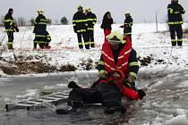 A JE VENKU. Dobrovolní hasiči z Mašťova si o víkendu vyzkoušeli, jak těžké je dostat na břeh člověka, který se právě ledem probořil do vody.