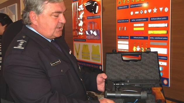 Vedoucí územního odboru PČR Jaroslav Peleška ukazuje zadrženou zbraň
