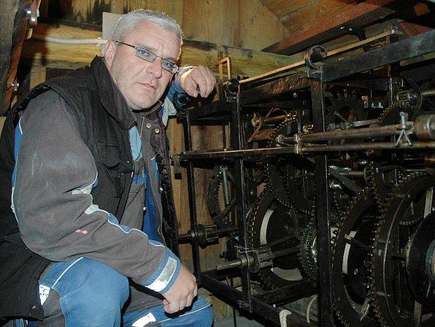 Jediný, kdo mívá hodinový stroj pravidelně v rukách, je zámecký údržbář Jiří Konopásek. Obden na něj dohlíží a podle potřeby promazává mechanické součásti.