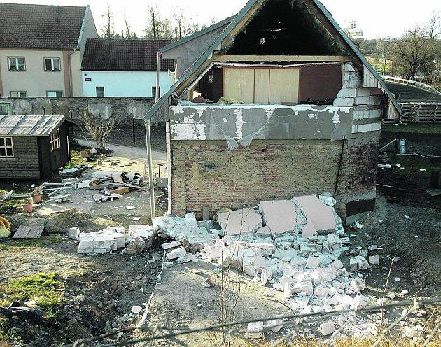 Stavební materiál všude kolem domu. Zřetelné díry do baráku a přímý výhled na vybavení pokojů. To vše způsobil výbuch plynu, ke kterému došlo kvůli špatnému připojení ke kotli.