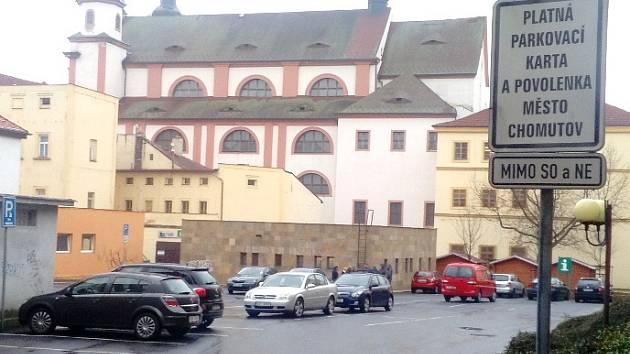 Parkoviště za informačním centrem se otevře veřejnosti.