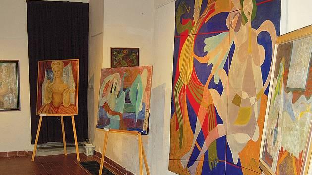 Část výstavy, která představuje bohatou výtvarnou tvorbu Kamila Sopka.