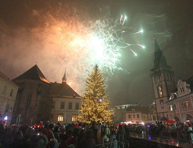 Rozsvícení vánočního stromu na chomutovském náměstí - ohňostroj.