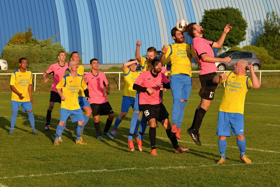 Mákov v růžových dresech doma porazil Vejprty na penalty.
