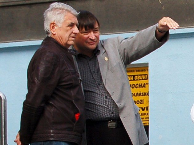 Rekonstrukce případu: Roman Houska se svým tehdejším obhájcem Pavlem Polákem v roce 2007 při rekonstrukci případu.