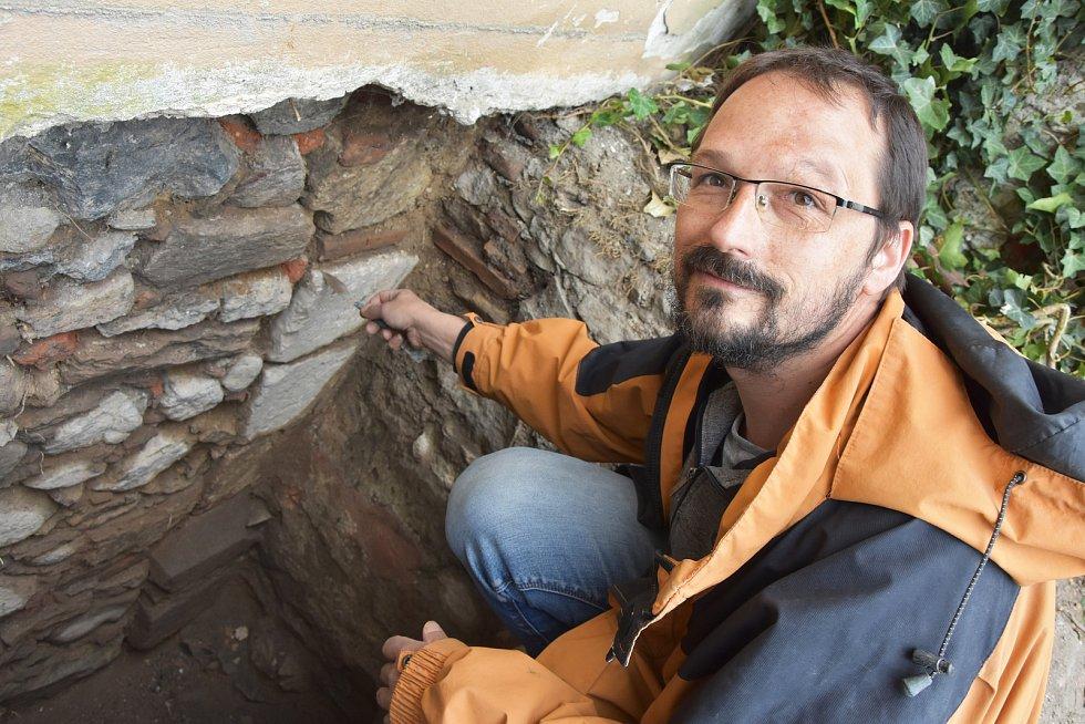 Archeolog Kryštof Derner u opěrného piliře kostela sv. Michaela, jehož pozůstatky jsou přímo pod domem čp 69.