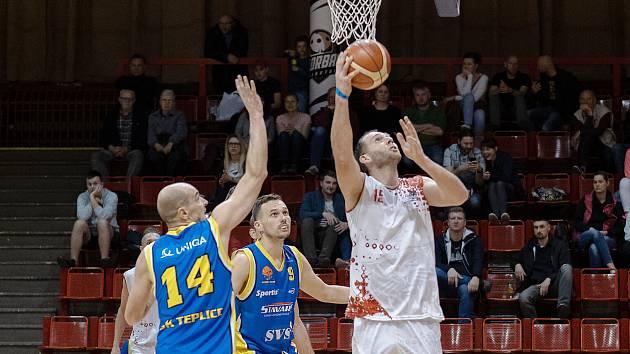 Chomutovský basketbalista Jakub Houška (v bílém).