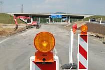 Pruh směrem od Hory Svatého Šebestiána na Spořice je zavřený, buduje se tu jedno rameno nájezdů.