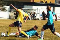 Horst Siegl ml.(ve žlutém) se probíjí mezi hráči Kadaně, kteří mu míč na poslední chvíli sebrali.