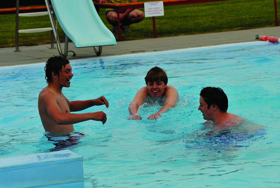 První otužilci dokonce vyzkoušeli bazén.