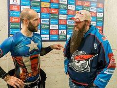 Michael Krichbaum po zápase v rozhovoru  s kapitánem Pirátů Michalem Vondrkou.