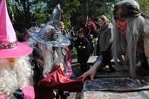 Jedním z míst, kde se budou o víkendu houfovat čarodějnice, bude také zahrada DDM Paraplíčko v Jirkově. Fotografie zachycuje čarodějnice při sletu minulý rok.